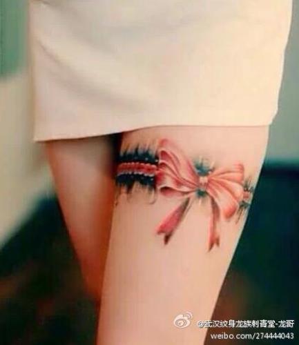 武汉龙族刺青纹身店作品:女生腿部蝴蝶结纹身