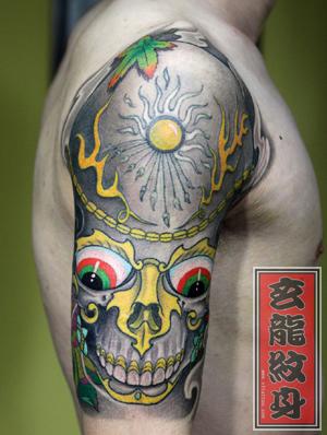 杭州纹身玄龙作品:男生手太阳图腾身图案