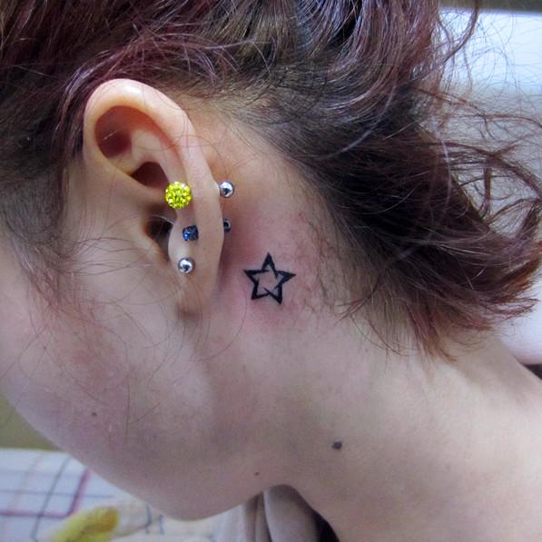 杭州墨青堂纹身店作品:耳后五角星纹身
