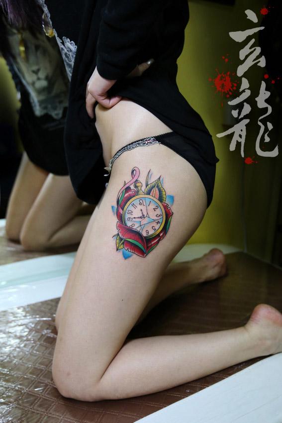 杭州纹身玄龙作品:美女腿部时钟纹身图案