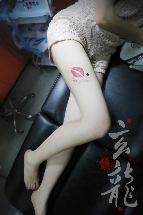 杭州纹身玄龙作品:美女腿部唇印纹身图案