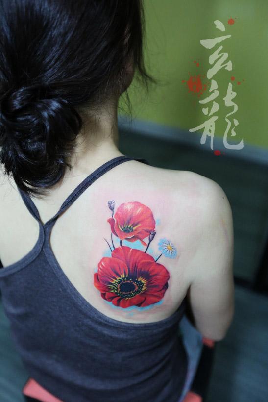 杭州纹身玄龙作品:美女后背花卉纹身图案