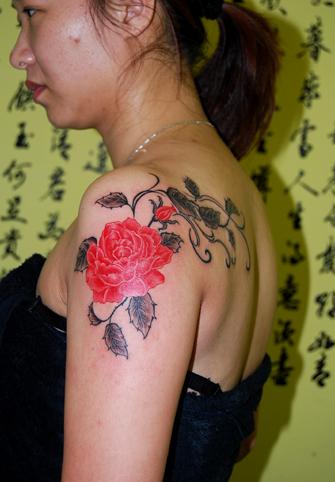 上海纹身店观自在纹身作品:手臂牡丹纹身