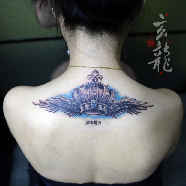 杭州纹身玄龙作品:女生美女后背皇冠翅膀纹身图案