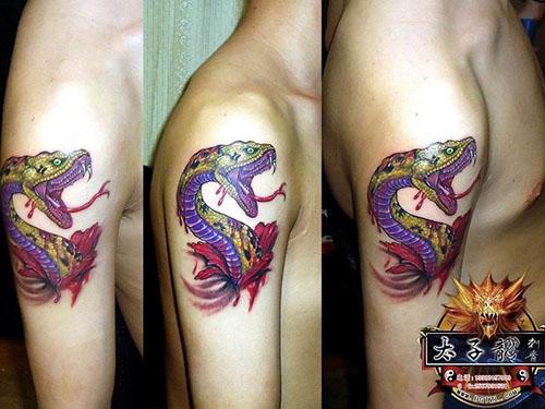 东莞纹身店太子龙纹身作品:手臂蛇纹身
