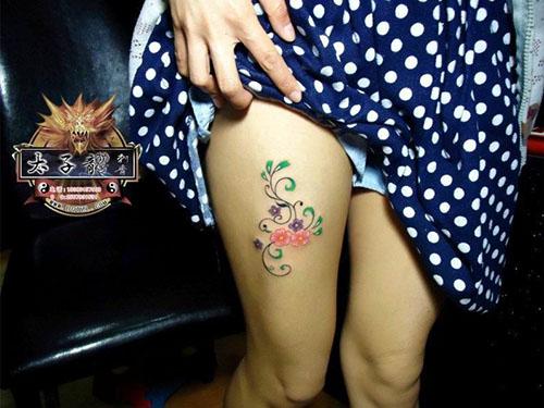 东莞纹身店太子龙纹身作品:美女大腿花卉纹身