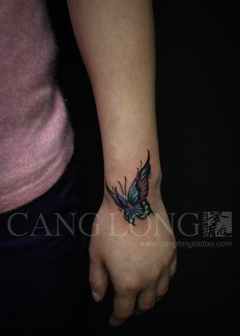 上海纹身店苍龙纹身作品:手腕蝴蝶纹身