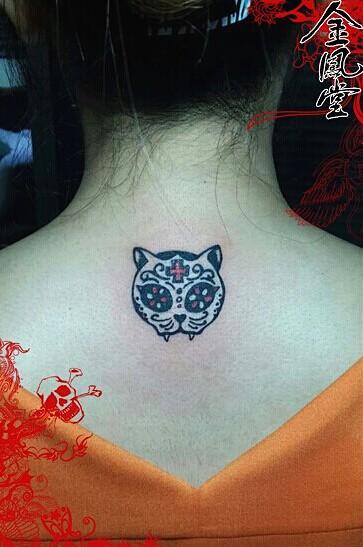 北京金凤堂纹身店作品:颈部卡通猫头纹身