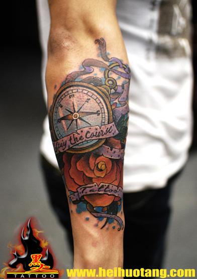 广州黑火堂纹身店作品:手臂指南针花school纹身图案