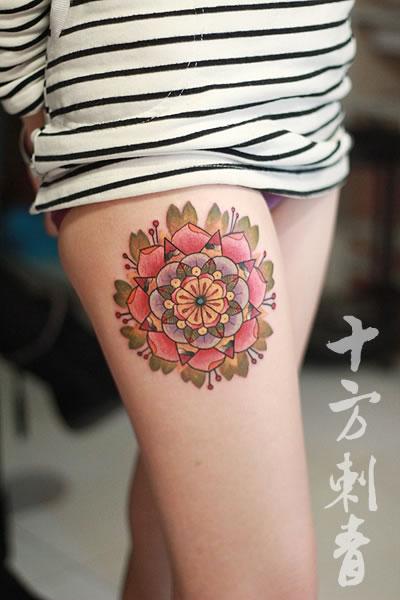 长沙十方刺青纹身店作品:美女腿部性感大花纹身