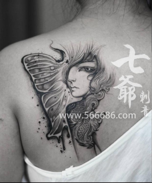 女生后背精致潮流的黑白皇冠纹身图案