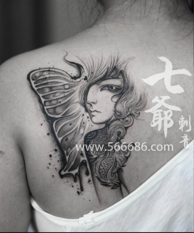 女性后背美丽纹身特写
