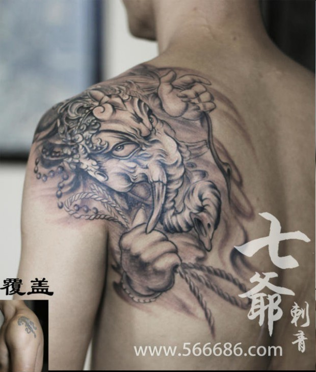 上海上卿纹身作品:手腕梅花纹身