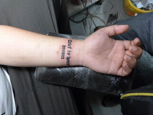 九江针功夫纹身店作品:手腕英文字母纹身图案