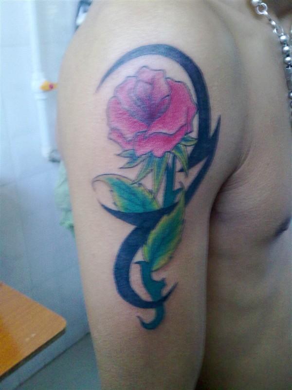 天津小东纹身店作品:肩部玫瑰花纹身图案