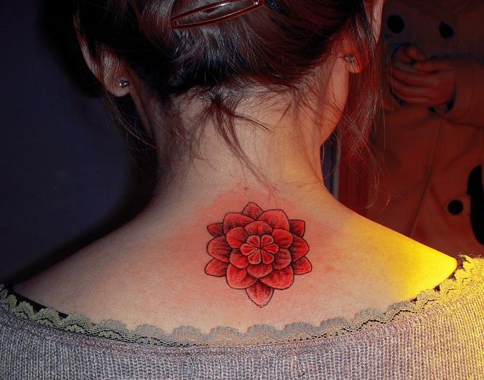 南昌针语纹身店作品:颈部花卉纹身图案