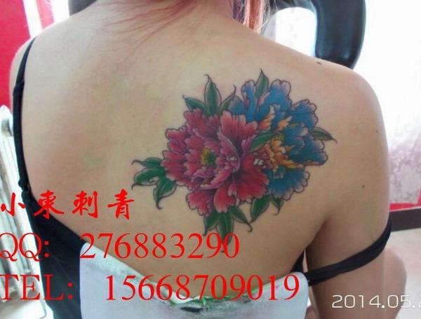 天津小东纹身店作品:美女后肩菊花纹身图案