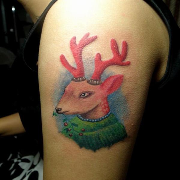 美女胸前经典潮流的小鹿纹身图案