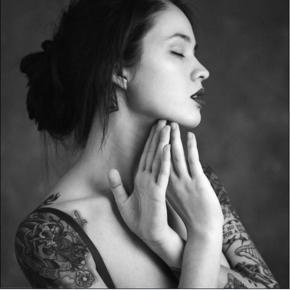 俄罗斯独特美女刺青摄影师性感写真