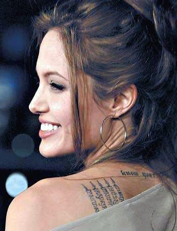 明星安吉丽娜-茱莉背上字符刺青