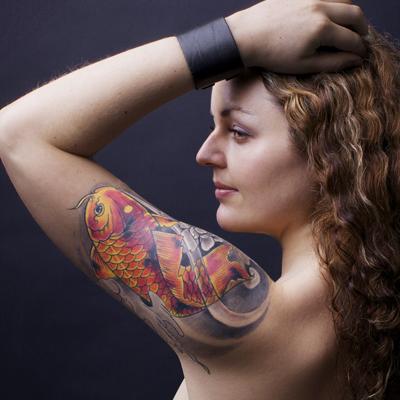 天津小健纹身店纹身作品:美女手臂鲤鱼纹身图案