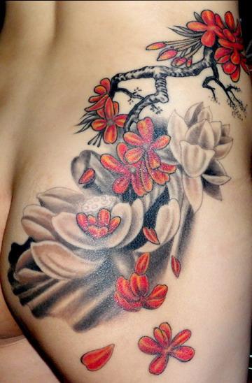 天津小健纹身店纹身作品:美女臀部花卉纹身图案