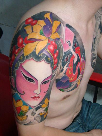 天津雕琦刺青店纹身作品:半甲脸谱肖像纹身图案
