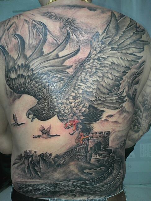 天津雕琦刺青店纹身作品:后背老鹰纹身图案