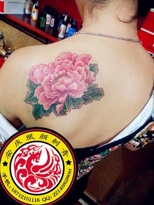 安庆凰颜艺术纹身店纹身作品:后肩牡丹纹身图案