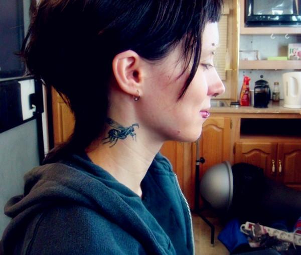 电影《龙刺青的女孩》颈部蜜蜂刺青
