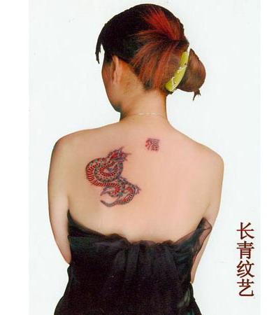 女性后背蛇纹身图案-阜阳纹身店推荐