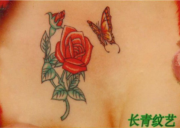 美女胸部玫瑰纹身图案-阜阳纹身店推荐
