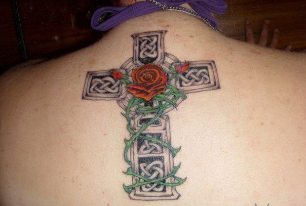 后背上的十字架和玫瑰纹身图案