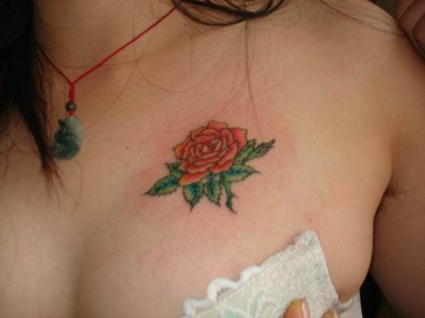 女人胸部玫瑰花纹身图案-蚌埠纹身店霞艺纹身推荐