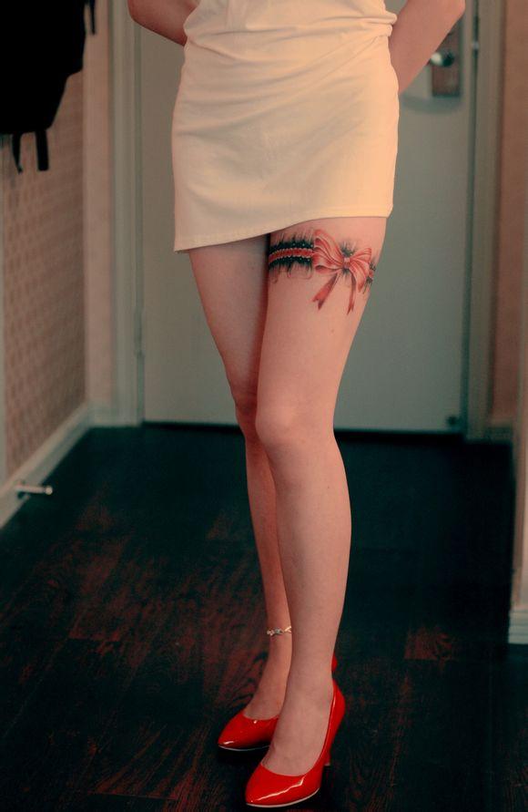 漂亮女性腿部蕾丝蝴蝶结纹身图案